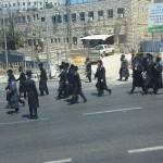 orthodoxe Juden bei einer Art Prozession